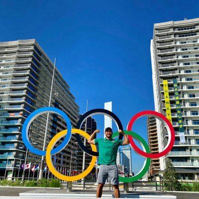 Henry Martín posa en la Villa Olímpica de Tokio