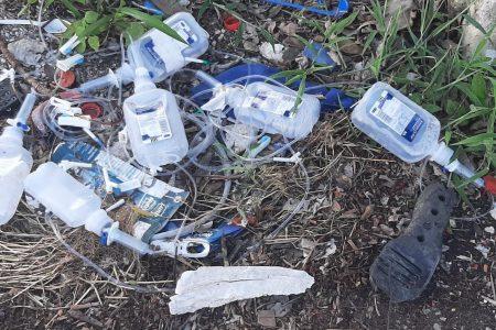 Arrojan desechos clínicos a las puertas de una privada en Chuburná