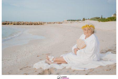 Abuelita yucateca celebra sus 100 años con una sesión de fotos junto al mar