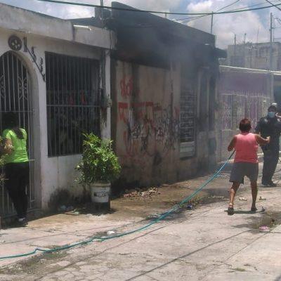 A cubetazos vecinos evitan que se propague fuego en casa abandonada, en la Fidel Velázquez