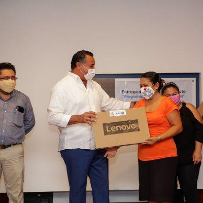 Renán Barrera entrega equipos del programa 'Computadora en casa'
