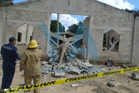 Se derrumba iglesia en construcción en Dzan: un lesionado grave y tres personas atrapadas