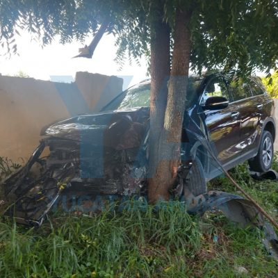 'Chocante' conductor se impacta contra un árbol y la barda de una hípica, en Temozón Norte