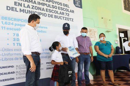 El gobernador Mauricio Vila entrega apoyos a estudiantes y de vivienda en Buctzotz
