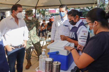 El alcalde de Progreso, Julián Zacarías Curi, supervisa jornada de vacunación