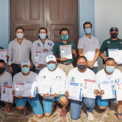 El alcalde de Progreso, Julián Zacarías Curi, entrega certificados a guardavidas