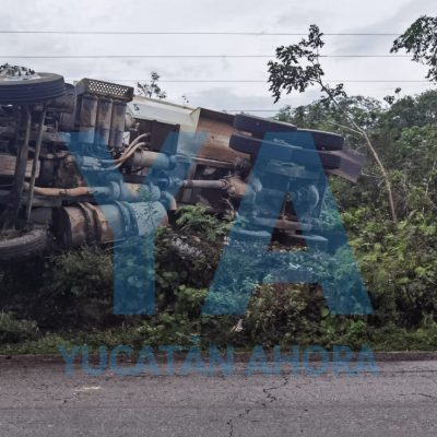 Volquete del Tren Maya vuelca en la carretera Mérida-Cancún