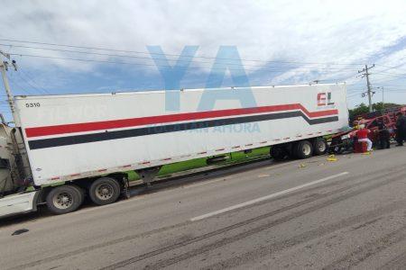 Pierde el control y se impacta contra dos vehículos estacionados en el acotamiento