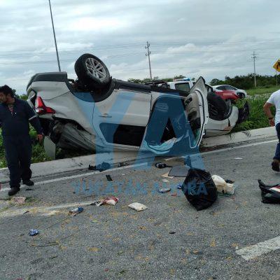 Por una falla mecánica, vuelca una camioneta en la carretera Mérida-Progreso