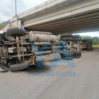 Gajes del oficio: vuelca 'Monse la trailera' en la carretera a Progreso