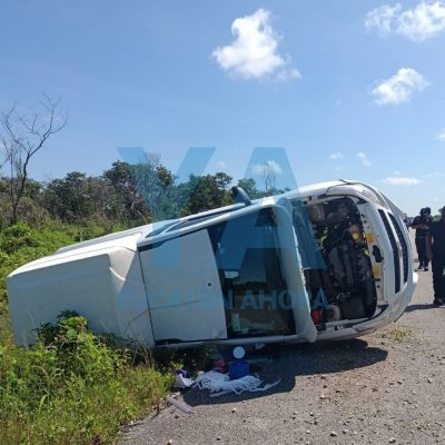 Dormita al volante y vuelca con su camioneta en la carretera Mérida-Celestún