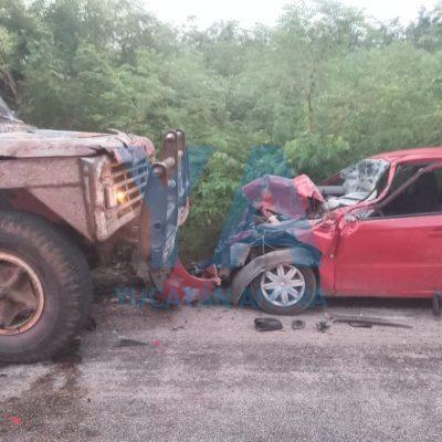 Camión invade el carril y choca contra un Aveo