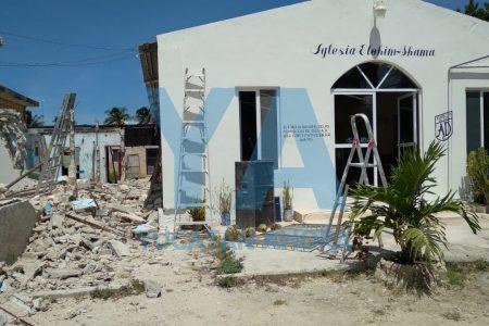 Colapsan el techo y una pared de un templo: un albañil queda sepultado en los escombros