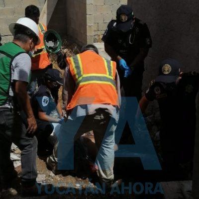 Joven albañil cae de un techo en construcción