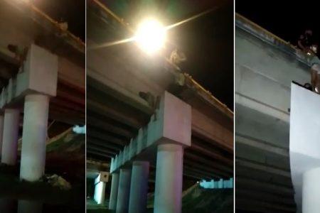 Agobiada por problemas, una joven intenta arrojarse de un puente del Periférico