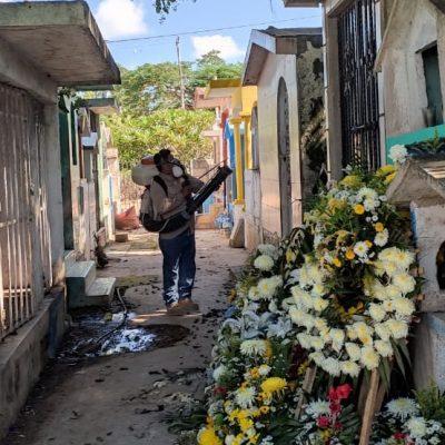De cara al Día de Muertos, fumigan los cementerios de Yucatán